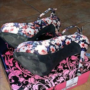 Qupid Shoes - Floral Print Pumps